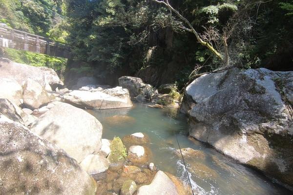 大きな岩がゴロゴロある那珂川